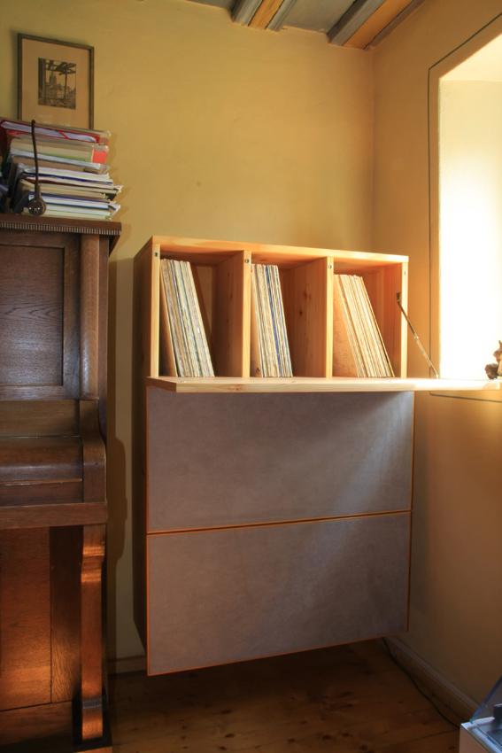 Plattenschrank Lärche/Stoffbezug 2